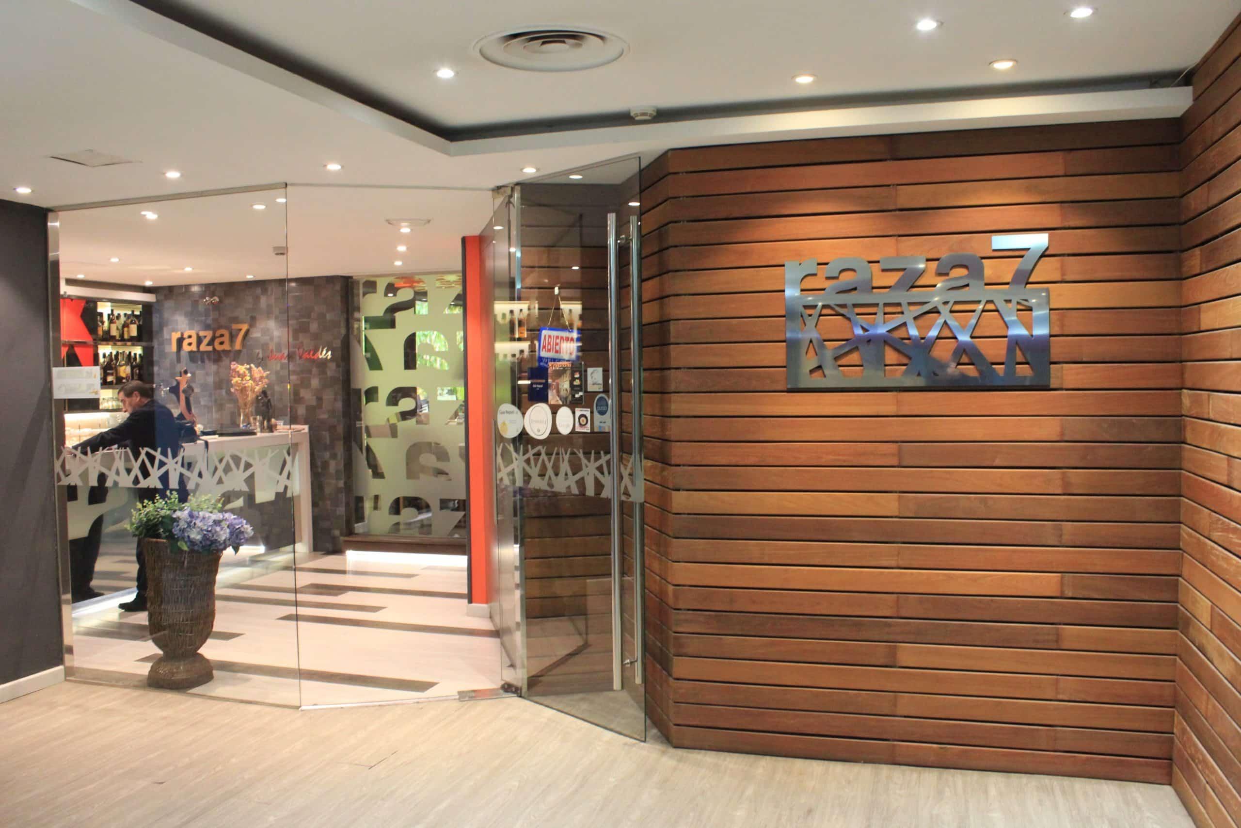 Puerta de entrada del Restaurante Raza 7 en Madrid (Barajas)